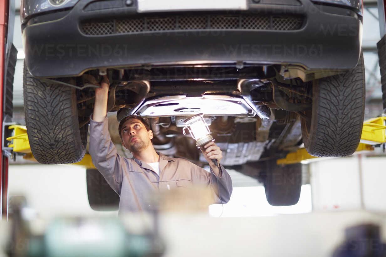 Car mechanic at work in repair garage - ZEF000694 - zerocreatives/Westend61