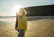 France, Brittany, Camaret-sur-Mer, two teenagers walking on the beach - UUF001799