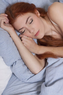 Portrait of sleeping young woman - JUNF000070