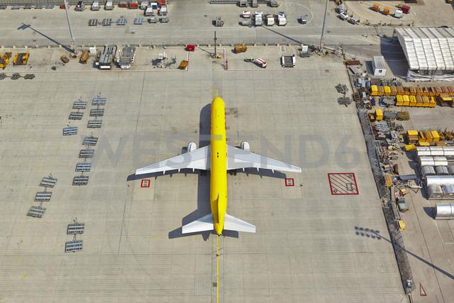 Germany, Bavaria, Munich, aerial view of cargo plane at Munich airport - KD000018 - David Köhler/Westend61