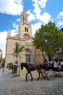 Spain, Balearic Islands, Mallorca, Palma, Church and horse-drawn carriage - MH000334