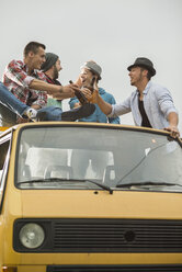 Group of friends drinking beer on pick-up truck - UUF001885