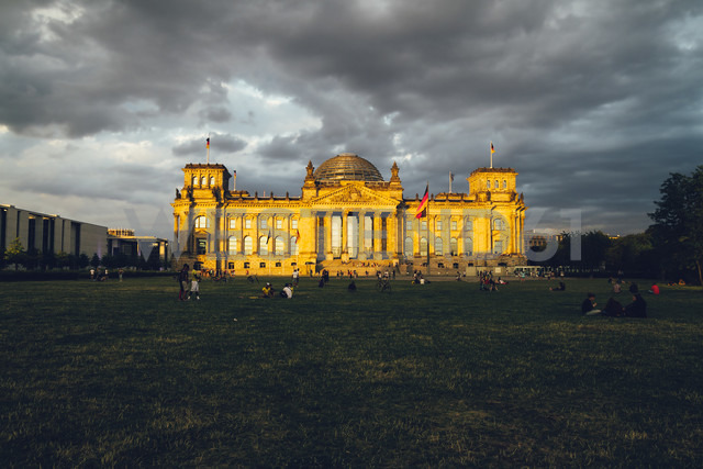 Germany, Berlin, Berlin-Tiergarten, Reichstag building in the evening - KRPF001143 - Kristian Peetz/Westend61