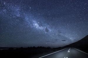 New Zealand, South Island, starry sky, milkyway at Lake Pukaki by night - WVF000651
