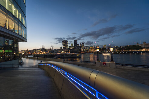 United Kingdom, England, London, River Thames, View to high-rise buildings, Swiss Re Tower, Tower 42, 20 Fenchurch Street and Tower of London in the evening - PAF000940