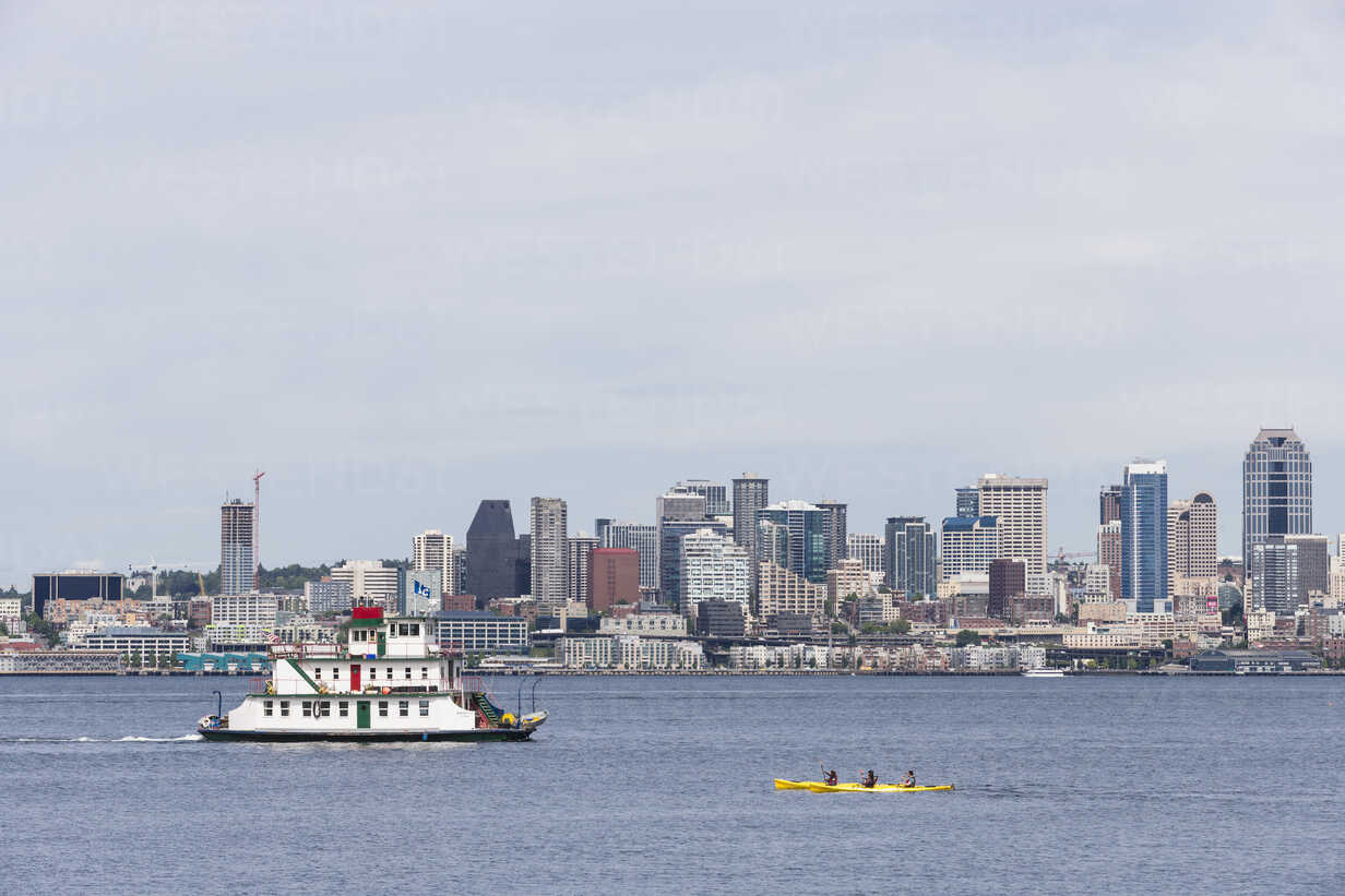 USA, Washington State, Puget Sound and skyline of Seattle with houseboat Annabelle Tacoma - FO007113 - Fotofeeling/Westend61