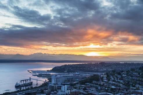 USA, Washington State, Seattle, Cityscape and harbour at sunset - FOF007126