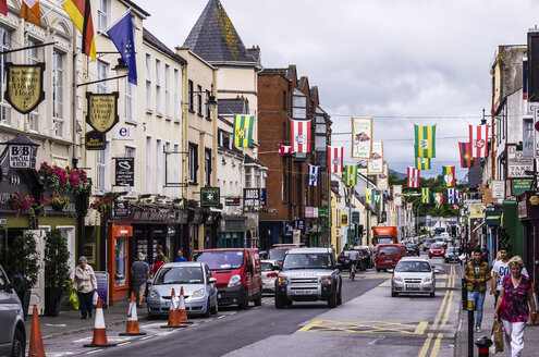 Ireland, Province Munster, County Kerry, Killarney, Shopping street, flags - THA000735