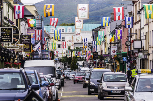 Ireland, Province Munster, County Kerry, Killarney, Shopping street, flags - THA000736