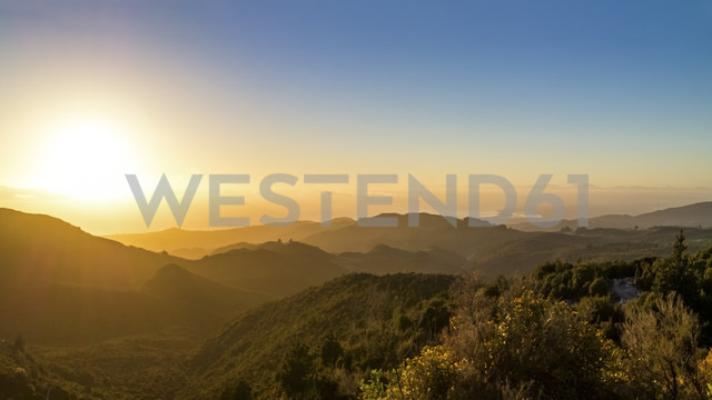 Australia, Queensland, sunrise above the ocean seen from mountains - PUF000095 - pure.passion.photography/Westend61