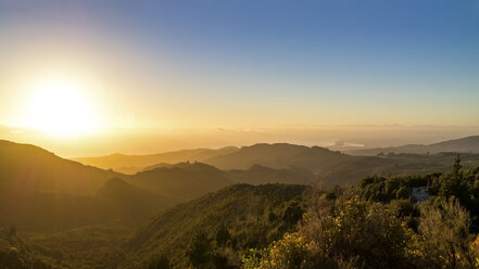 Australia, Queensland, sunrise above the ocean seen from mountains - PUF000095