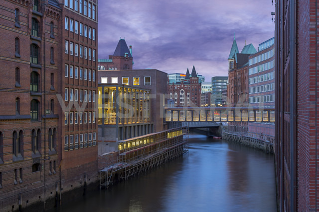 Germany, Hamburg, Old Warehouse District, Canal in the evening - NKF000182 - Stefan Kunert/Westend61