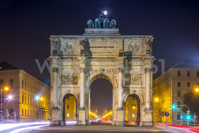 Germany, Bavaria, Munich, Victory Gate with full moon - NKF000185 - Stefan Kunert/Westend61