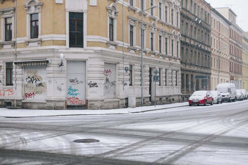 Germany, Saxony, Leipzig, view to empty crossroad in winter - DWF000171