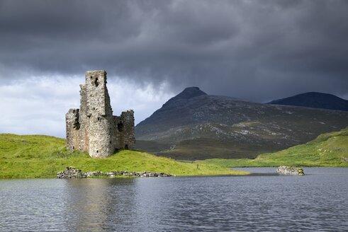 UK, Scotland, Sutherland, Ardvreck Castle at Loch Assynt - ELF001326