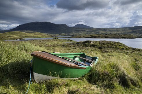UK, Scotland, rowing boat at the shore of Loch Assynt - ELF001328