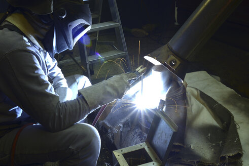 Welder working with electrode method - SCH000425