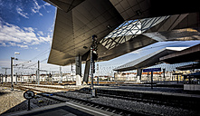 Austria, Vienna, view to platform and roof construction of main station - DIS001071