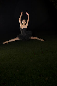 Young ballet dancer jumping - FC000461
