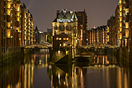 Germany, Hamburg, Wandrahmsfleet at old warehouse district at night - RJF000292