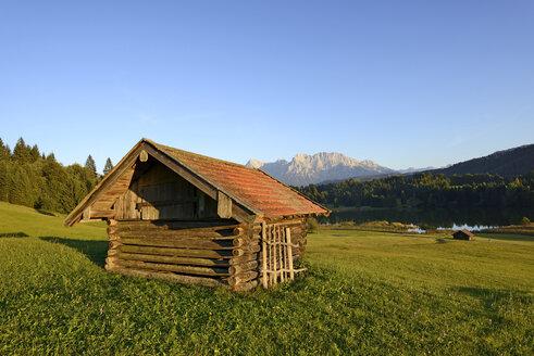Germany, Bavaria, Upper Bavaria, Werdenfelser Land, Kruen, Barn at Geroldsee lake - LHF000414