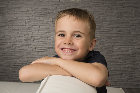Portrait of smiling boy with crossed arms - SHKF000008