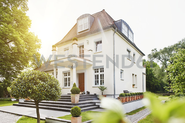 Germany, Hesse, Frankfurt, View of villa with garden - RORF000002