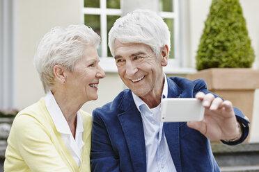 Germany, Hesse, Frankfurt, Senior couple photographing selves - RORF000021