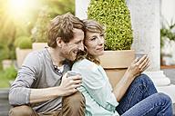Germany, Hesse, Frankfurt, Couple in garden drinking tea - RORF000091