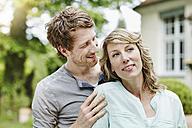 Germany, Hesse, Frankfurt, Happy couple in garden - RORF000103