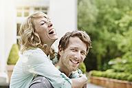 Germany, Hesse, Frankfurt, Happy couple in garden - RORF000108