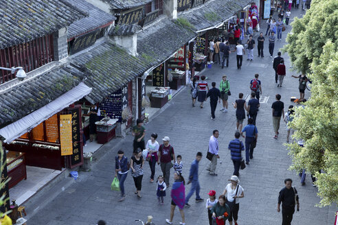 China, Yunnan, Dali, people in old town - DSG000204