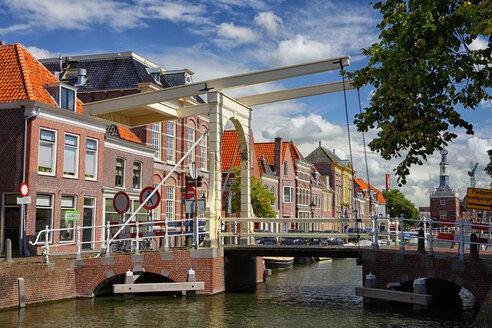 Netherlands, Alkmaar, townsacpe with bridge - DSGF000281