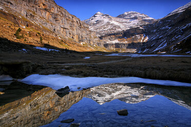 Spain, Ordesa National Park, mountainscape with pond - DSGF000540