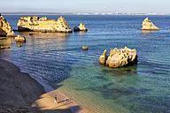 Portugal, Algarve, Tourists at beach at Atlantic coast - DSGF000499