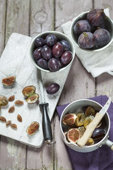 Preparing plums and figs for making jam - SBDF001311