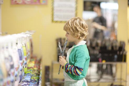 Boy painting in art class - ZEF001212