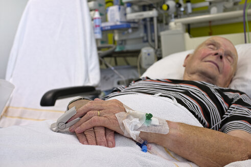 Senior man with cannulae and band-aid being in intensive care after heart attack - LAF001084
