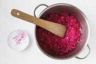 Cooking pot of Sushi rice with grated beetroots - EVGF001009