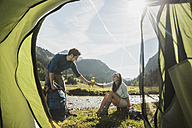 Austria, Tyrol, Tannheimer Tal, two young  hikers relaxing - UUF002119