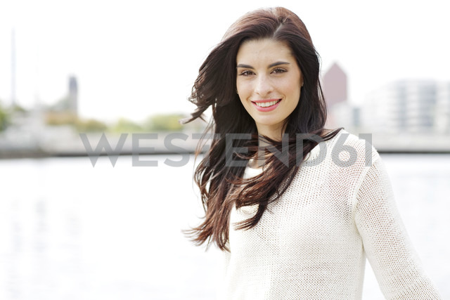 Portrait of happy young woman wearing white knit pullover - GDF000459 - Gabi Dilly/Westend61