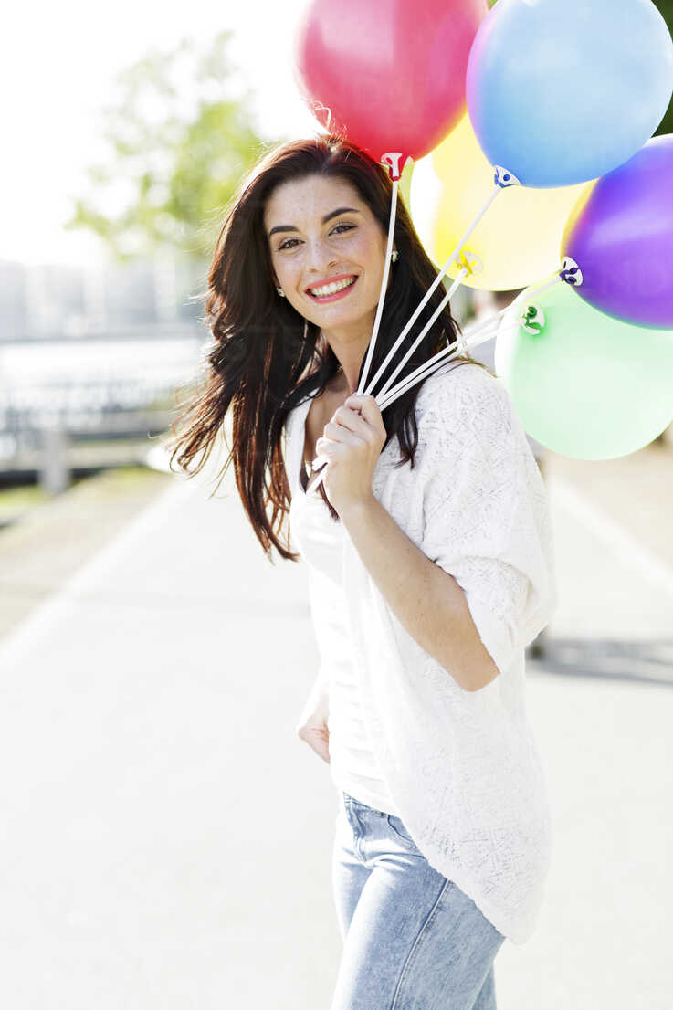 Portrait of happy young woman with a bunch of balloons - GDF000480 - Gabi Dilly/Westend61