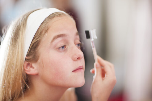 Girl on a beauty farm applying make-up - ZEF001399