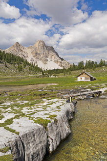 Italy, South Tyrol, Dolomites, Fanes-Sennes-Prags Nature Park, female hiker at Fanes hut - UMF000739