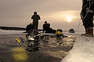 Russia, Arctic Circle Dive Centre, polar circle, ice divers at hole - GNF001319