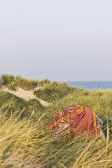Germany, Mecklenburg-Western Pomerania, Warnemuende, Baltic Sea, Red tent in dunes - MELF000031