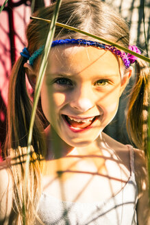 Portrait of smiling little girl in summer - SARF000922
