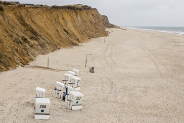 Germany, Schleswig-Holstein, North Frisian Islands, Sylt, view to beach with hooded beach chair at Rotes Kliff - SRF000803