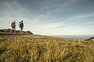 Austria, Tyrol, Tannheimer Tal, young couple hiking - UUF002165