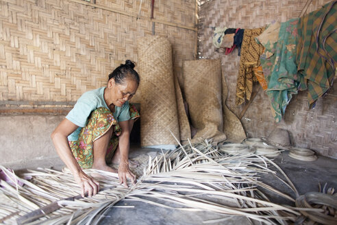 Indonesia, Lombok, woman working in her hut - NNF000050